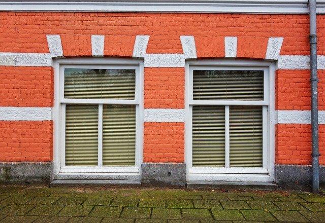 okna u země