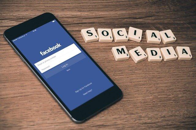 sociální média a facebook na smartphone